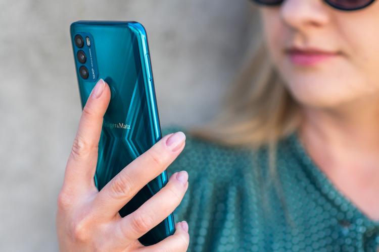 Smartfon z Face ID i czytnikiem linii papilarnych