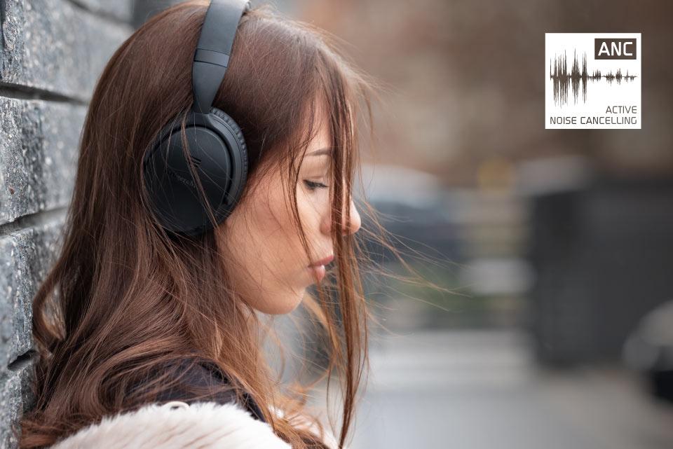 Nie pozwól, aby cokolwiek zakłóciło Ci relaks przy muzyce. Dzięki funkcji ANC – aktywnej redukcji szumu - w słuchawkach Kruger&Matz F7A możesz błyskawicznie zredukować odgłosy otoczenia, a tym samym odciąć się od wszystkiego, by pozostać tylko w towarzystwie swoich ulubionych utworów.