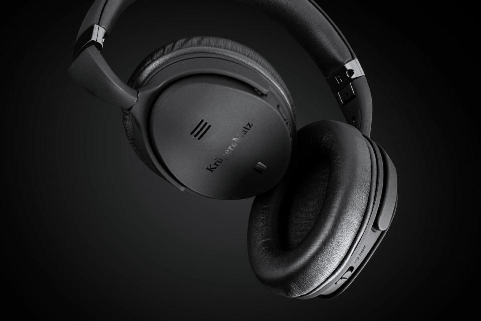 Nie lubisz na długo rozstawać się z muzyką? Składana konstrukcja słuchawek Kruger&Matz F7A sprawia, że zajmują one niewiele miejsca, więc bez problemu zmieszczą się w Twojej torbie, czy plecaku.