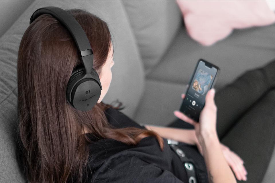 Słuchawki Kruger&Matz F7A powstały z myślą o wygodzie osób, które będą ich używać. Zarówno nauszniki jak i pałąk zostały pokryte miękką ekoskórą, co gwarantuje doskonały komfort nawet w czasie wielu godzin słuchania muzyki.