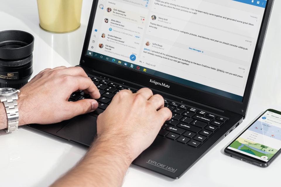 Ultrabook z pełnowymiarową klawiaturą i touchpadem